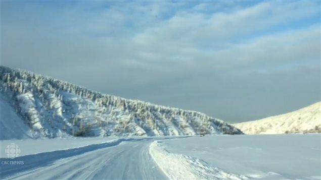 加拿大北方永冻层地区冬天的冰路