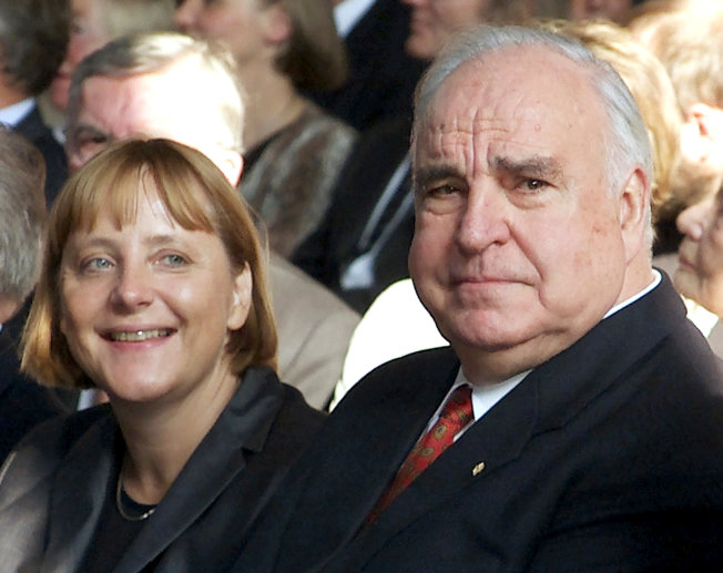 2000年9月,德國總理柯爾(右)與基民黨領導人梅克爾(右二)參加德國統一10周年紀念活動。(路透)