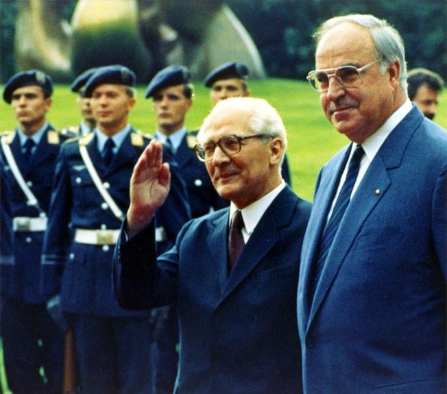 1997年9月,前東德領導人何內克(右二)訪問波昂,與德國總理柯爾(右)檢閱儀隊。(美聯社)