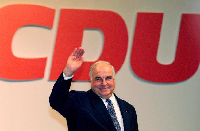 1997年8月,身兼德國總理與基民黨主席的柯爾在多特蒙德展開競選行程。(路透)