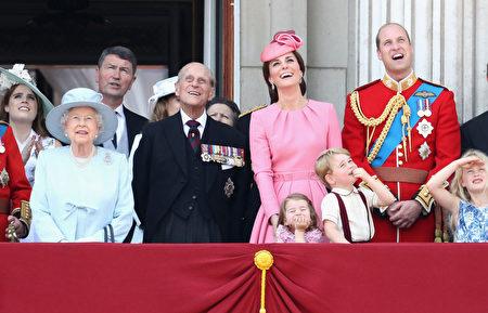 乔治王子和夏洛特公主在白金汉宫阳台上观看皇家空军飞行表演。(Chris Jackson/Getty Images)
