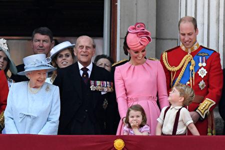 乔治王子和夏洛特公主在白金汉宫阳台上观看皇家空军飞行表演。(CHRIS J RATCLIFFE/AFP/Getty Images)