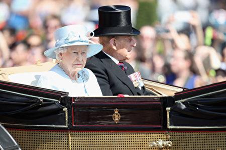 英女王和爱丁堡公爵在游行队伍中。 (Chris Jackson/Getty Images)