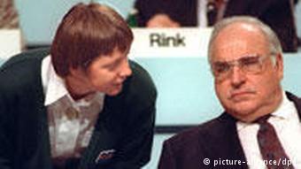 Merkel, spätere Bundeskanzlerin, beugt sich während des CDU-Parteitags in Dresden zu ihrem Mentor Bundeskanzler Kohl (picture-alliance/dpa)