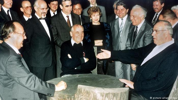 Deutsche Einheit Geschichte Gorbatschow mit Kohl und Genscher (picture-alliance/dpa)