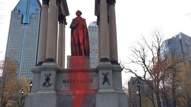 蒙特利尔市中心国父麦克唐纳的塑像被泼上红漆