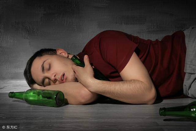 喝醉酒是喝白水还是喝饮料,哪个醒酒快呢?营养师的这番话有道理