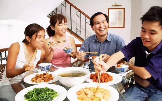"""10种""""烧心""""的食物,胃再好的人也扛不住,5个习惯让你远离烧心"""