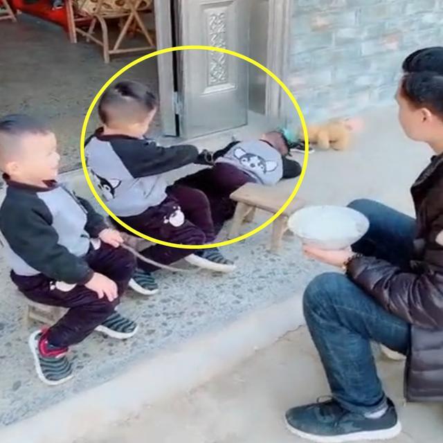 爸爸喂三胞胎吃饭,哥哥展示超高演技,网友:不当演员浪费了