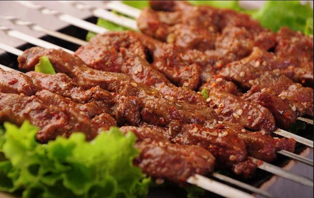 吃烧烤的时候,这3类肉不要轻易点,很容易吃到假肉!