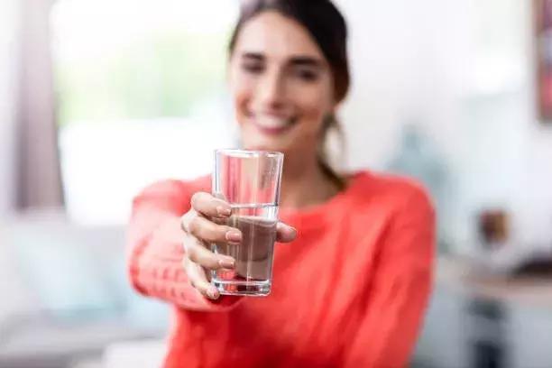 多喝水,到底是养肾还是伤肾?专家表示:不同阶段,讲究不同