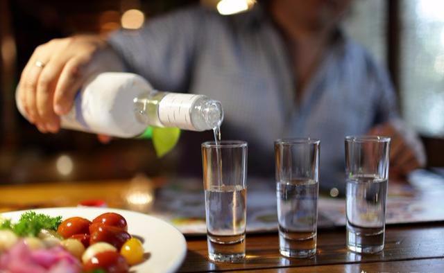 喝白酒时,为何一些人要在旁边放一瓶矿泉水?只要懂酒的人才知道