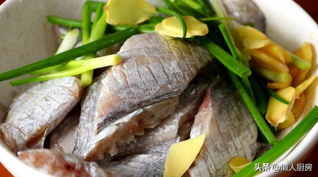炸带鱼别裹淀粉,高温炸出来的带鱼又香又酥,配上秘制酱汁太好吃